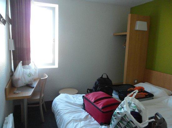 B&B Hôtel Montlucon : Room, basic, tv, wifi but no airconditioning.