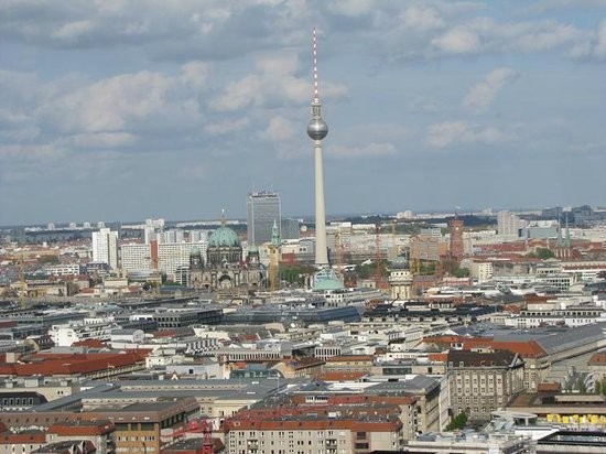 brandenburg tor from a distance foto di panorama punkt berlino tripadvisor. Black Bedroom Furniture Sets. Home Design Ideas