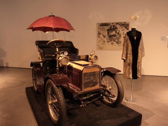 Automobile and Fashion Museum: Vintage car with fashion display