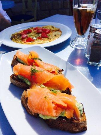 Thalassographia: Bruschetta w/ smoked Salmon and veggie omelette
