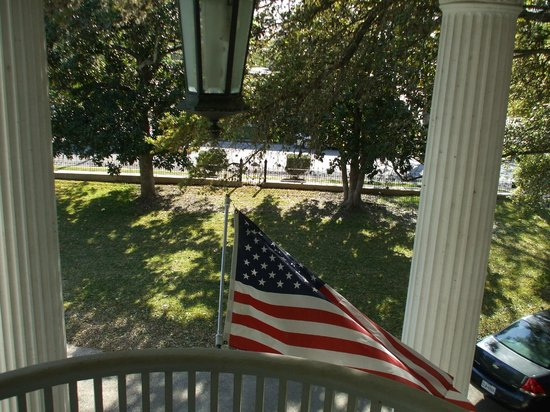 Belle Oaks Inn: View from shady veranda