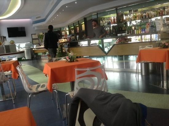 Tourist Bar Restaurant: clean bright and friendly