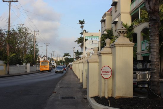 Coral Mist Beach Hotel: Road outside hotel