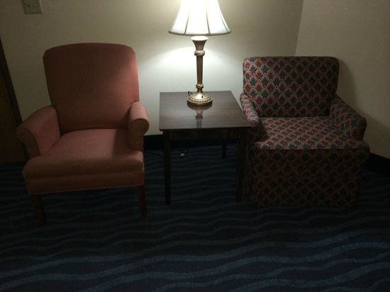 La Quinta Inn & Suites Goodlettsville - Nashville: No recliner or sofa, just two mismatched chairs.