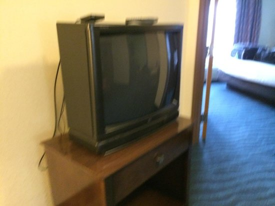 La Quinta Inn & Suites Goodlettsville - Nashville: Old style 32 inch television without a remote.