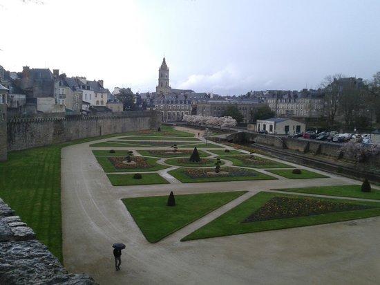 Centre Historique de Vannes : Вид на парк с крепостной стены
