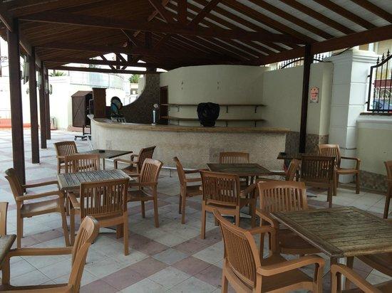 Pineta Park: CLOSED POOL BAR... EMPTY & DIRTY
