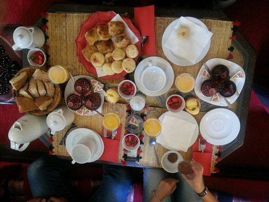 Riad La Porte Rouge: Petit déjeuner copieux et différent tous les matins!