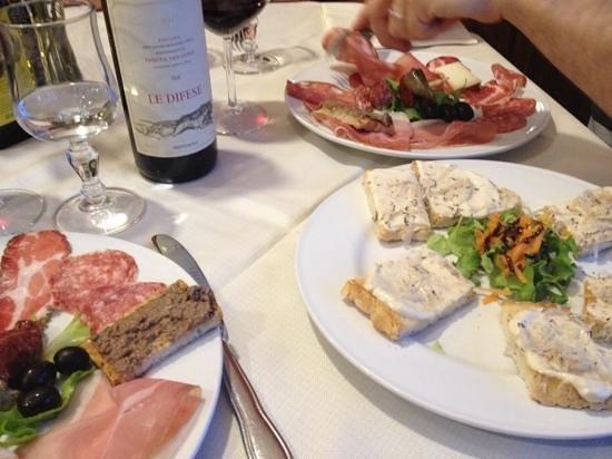 "Bolgheri, อิตาลี: antipasto toscano e crostini al tartufo con vino ""Le Difese"""