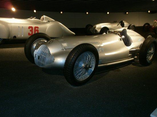 Mercedes-Benz Museum: fleche d'argent