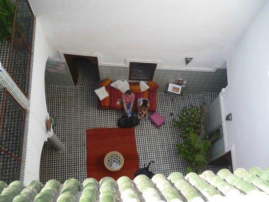 Auberge Riad Douzi: sala central desde la terraza