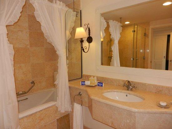 Ba o de la habitaci n con tina y ducha a parte el for Banos con tina y ducha