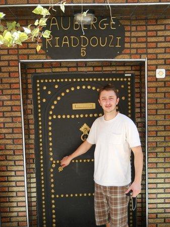 Auberge Riad Douzi: Puerta de ingreso al Hostel