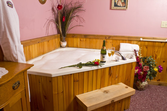 Berry Patch Bed and Breakfast: Some of our guests suites include a two person jacuzzi tub.