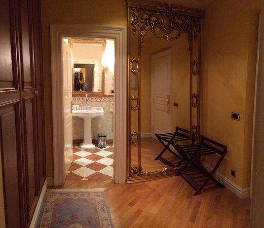 Alchymist Grand Hotel & Spa: The foyer and bathroom