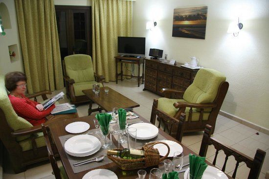 Las Rosas Apartments : Comfortable lounge/diner