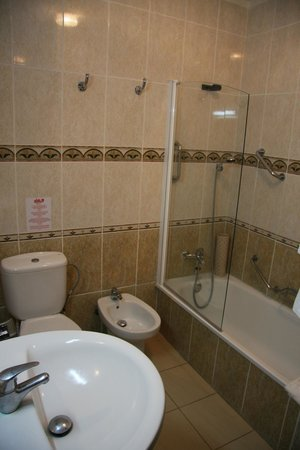 Las Rosas Apartments : Modern, clean bathroom