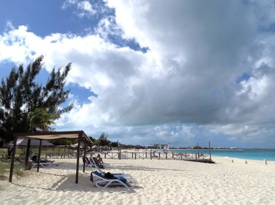 Club Med Turkoise, Turks & Caicos : The beach at noon - looking west