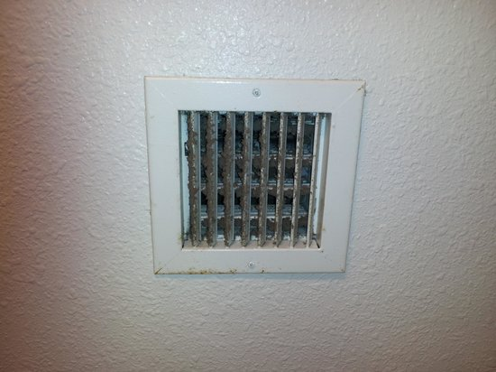 Motel 6 St Louis East - Caseyville: Dust in vents.