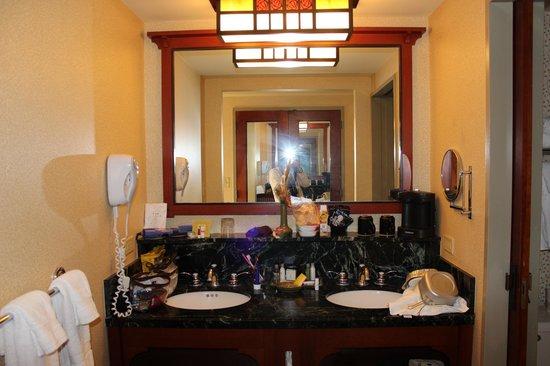 Disney's Grand Californian Hotel & Spa: 洗い場が2つある洗面台