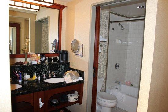 Disney's Grand Californian Hotel & Spa: 洗面台、バスルーム