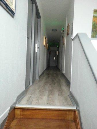 Au Relais de la Maye : couloir des chambres