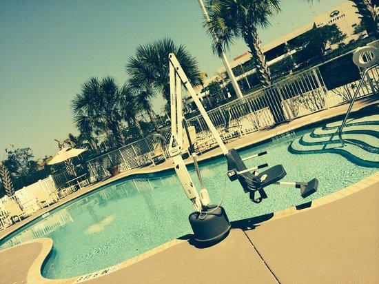 Hampton Inn Ft. Lauderdale-Commercial Blvd.: Tem cadeira para deficiente ter acesso a piscina!! Muito interessante!!!