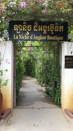 La Niche d'Angkor Boutique Hotel : The entry from the street