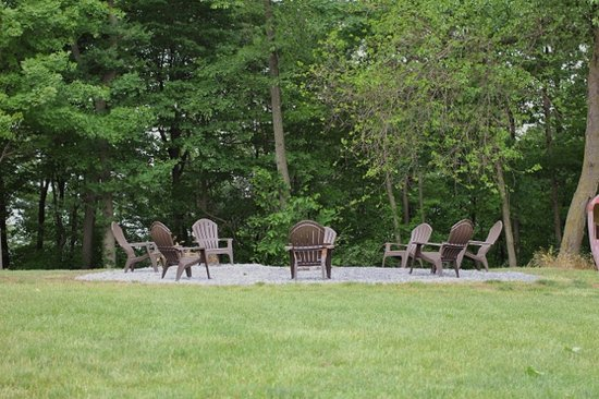 Berry Patch Bed and Breakfast: The outdoor fire pit is a gathering place to relax and enjoy some pleasant conversation under th