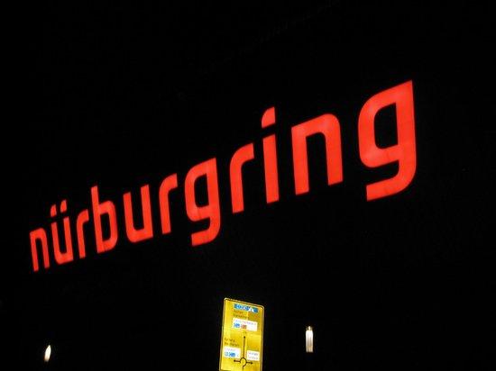 Rennhotel am Nurburgring : Arrivo in notturna