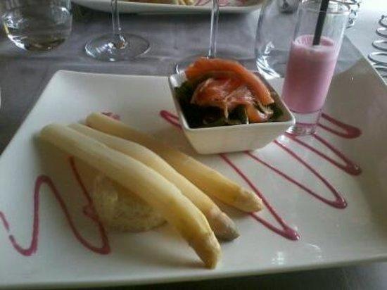 Restaurant Diane de Meridor: asperge avec plan d'asperges, salade de saumon fumé et smoothie de betterave