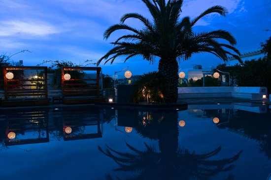 Belvedere Hotel Mykonos : view of the pool at dinner/sunset