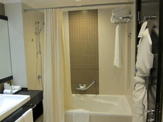 Towers Rotana: Bathroom