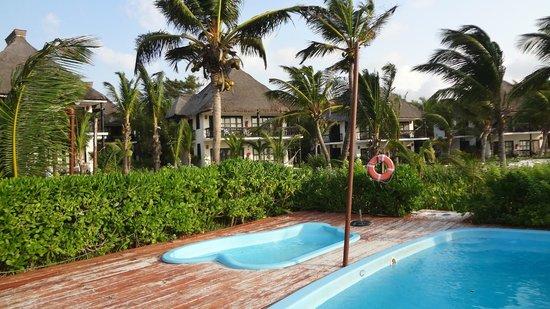 Los Lirios Hotel Cabanas: Zona de pileta, es pequeña  pero teniendo esa playa ...!!!