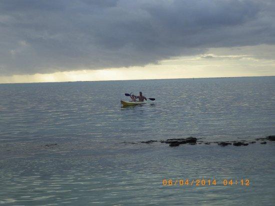 Hotel Fare Vaimoana : Faire de la pirogue sur le lagon