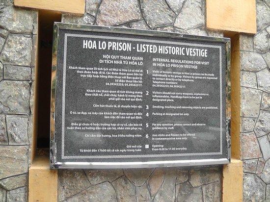 Prisión de Hoa Lo: Sign Outside