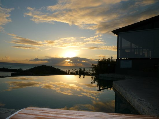 Sugar Ridge Resort : Cocktails at sunset by infinity pool