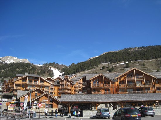 Residence Club mmv Le Hameau des Airelles : Location of apartments with mountain behind