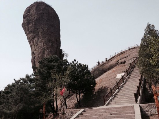 Chengde Qingchui Mountain (Hammer Rock): Some steep stairs to the top.