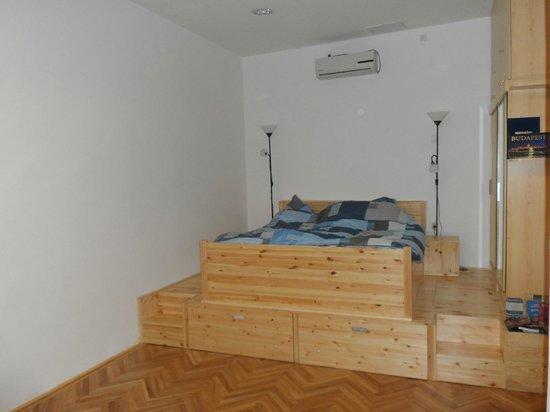 Katona Apartments: Chambre sur un trône