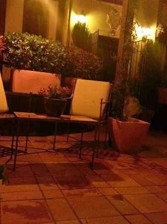 Solar Montes Claros: patio at night