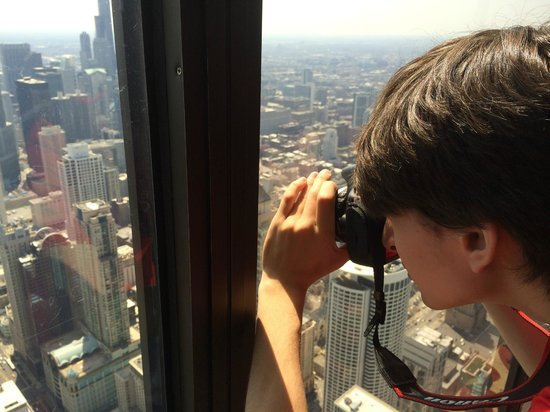 Signature Lounge : Nothing like leaning against the glass to take pictures from 97 floors above the ground.
