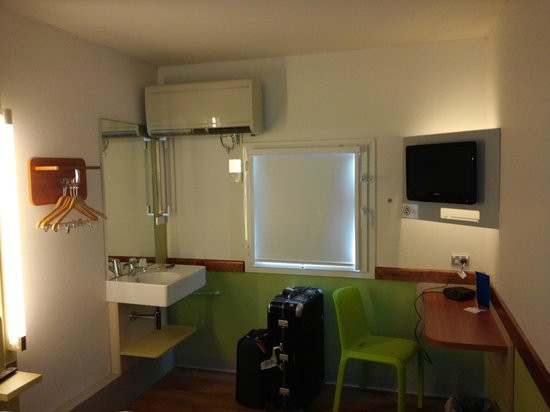 Ibis Budget Melbourne Airport: View of the room from the door. Window screen is pulled down.