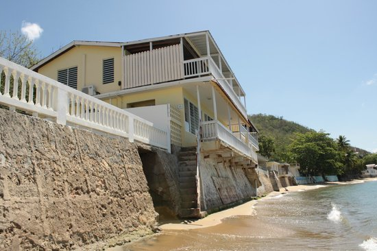 LemonTree Oceanfront Cottages: View of Lemontree from the beach