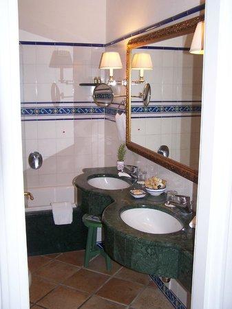 Caesar Augustus Hotel : Bathroom