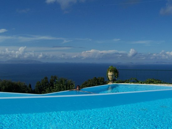 Caesar Augustus Hotel : Infinity pool looking over the Bay of Naples