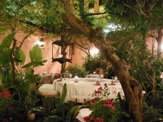 Corral del Agua: Romantic courtyard setting