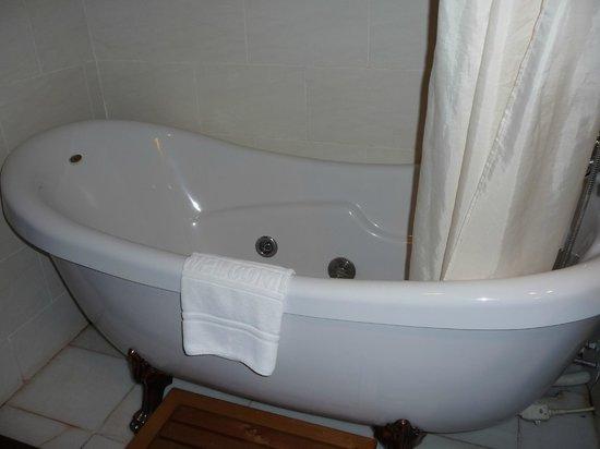 Royal Angkor Resort & Spa : The deep claw foot bathtub-sweet!