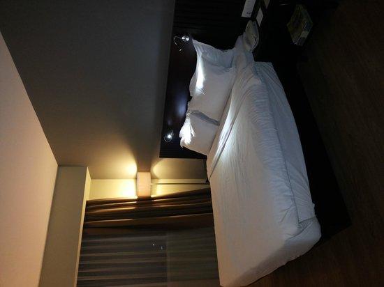 Hotel Santika Taman Mini Indonesia Indah-: the bed