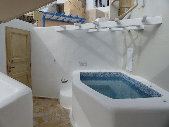 Art Maisons Luxury Santorini Hotels Aspaki & Oia Castle: Jacuzzi sur la terrasse